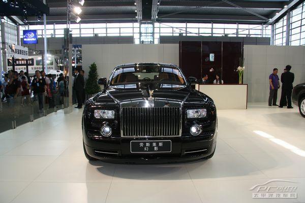 幻影重2.485吨,长5.83米,采用6.75公升的V12发动机,能够在5.7秒钟之内加速到每小时60英里,最大时速可达到150英里。幻影仍然采用手工制作,其内部装修全部在英国完成,但包括发动机在内的动力系统则在德国制造安装。幻影保留了一些劳斯莱斯的传统特征,例如轿车前面的铁格子式散热板以及镶有飞人雕塑的车标。同时,又具备多种新功能和新特点:后备箱盖不是向上开,而是从中间向外打开;后车门上具有可以把雨伞弹出的功能;轮胎撒气后还可继续行驶200公里等。