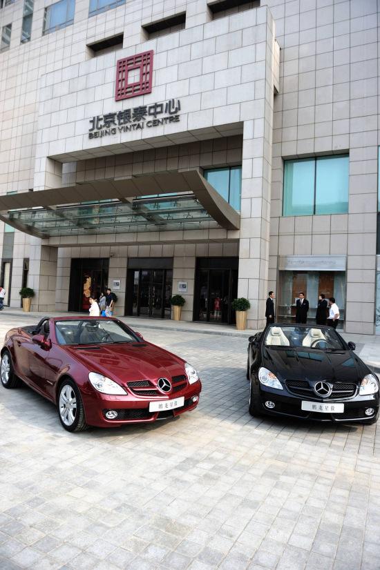 下午3时,两辆奔驰敞篷slk200跑车已经在北京银泰中心悦?生高清图片