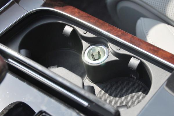 后排独立的空调系统由不少于25个的调节电动机控制,自如精准调节温度.