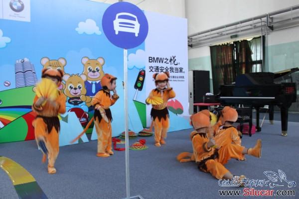 幼儿园的小朋友表演节目