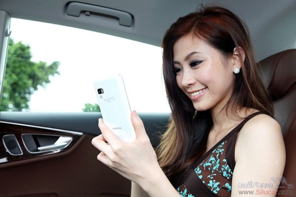 漂亮的模特拿着手机玩自拍